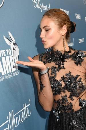 Model und Influencerin Elena Carrière schickt Küsschen an Bambi, und das in einem besonders sexy Look.