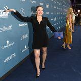 Ruth Moschner hat nicht nur gute Laune zur Charity-Gala mitgebracht, sondern auch diesen sexy Blazer-Netzoptik-Look.