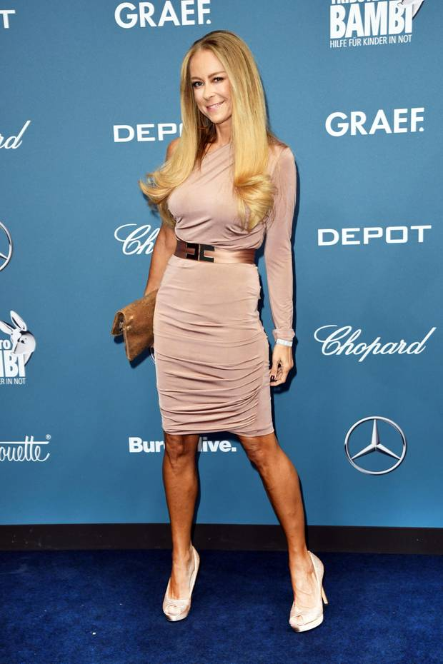 "Jenny Elvers glänzt bei der ""Tribute to Bambi""-Charity-Gala im nudefarbenen One-Shoulder-Dress."