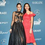Elenas Glamour-Look in Anthrazit steht in hartem KontrastzuFata Hasanovics sommerlich-süßem Pünktchenkleid.