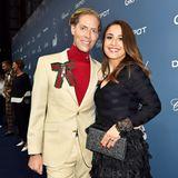 Hell trifft Dunkel: Jens Hilbert posiert mit Nina Moghaddam auf dem blauen Teppich.