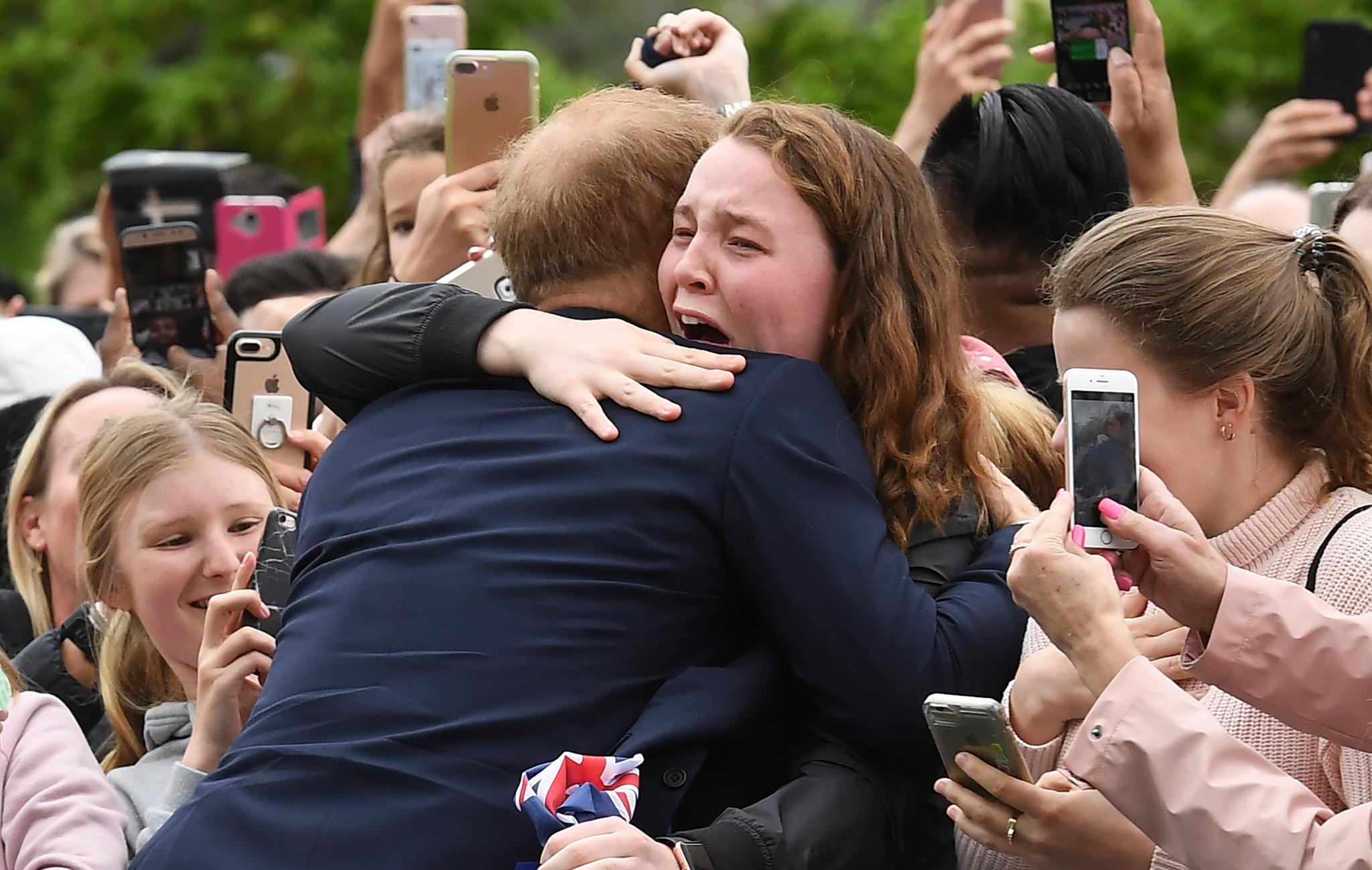 Prinz Harry bricht das Protokoll und nimmt einen Fan