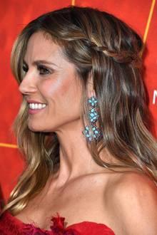 Heidi greift das zarteBlumen-Muster ihresKleides -das nur beim genauerenHinsehen auffällt - in ihren opulenten türkisfarbenen Ohrringen wieder auf. Eine dicht am Kopf eingeflochtene Haarsträhne rundet HeidisRed-Carpet-Outfit gelungen ab und schafft die perfekte Balance zwischen verspielt und sexy.