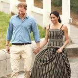 Vielleicht besser so - denn Wedges sind laut royalem Protokoll nicht erlaubt auf offiziellen Auftritten. Doch vermutlich hat Herzogin Meghan sich diese Schuhwahl von ihrer Schwägerin, Herzogin Catherine, abgeguckt - denn Kate trägt am Strand immer diese praktischen Schuhe mit Korkabsatz.