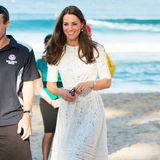 Ebenfalls in Australien - jedoch am Manley Beach -zeigt sich Herzogin Catherine 2014 in einem weißen Spitzenkleid und beigefarbenen Wedges.