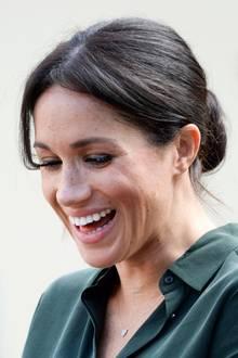 Es ist auch nicht das erste Mal, das Herzogin Meghan dieser Beauty-Fauxpas passiert. Bereits bei einem Auftritt Anfang Oktober in Bognor Regis, ist ihr Wimpernkleber deutlich zu sehen. Vielleicht sollte Meghan sich mal über eine andere Methode für schöne Klimper-Wimpern Gedanken machen.