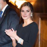 Königin Letizia trägt zu einem Konzert im Rahmen der Asturien-Preiseeinen Look, den man so mit Sicherheit schon das ein oder andere Mal gesehen hat. Doch bei der Frau von König Felipe sieht selbstein solch simpler Look bestehend aus einem tailliertenschwarzenKleid und schwarzen Pumps zum Dahinschmelzen aus.