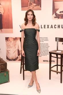 Alexa Chung verpackt ihre schmale 1,72 Meter große Silhouette meist in äußerst stylische Kleidung. So auch in Berlin, bei einem KaDeWe-Event: Das Off-Shoulder Kleid des Models betont ihre schmale Taille, die einen Umfang von etwa 66 cm messen soll.
