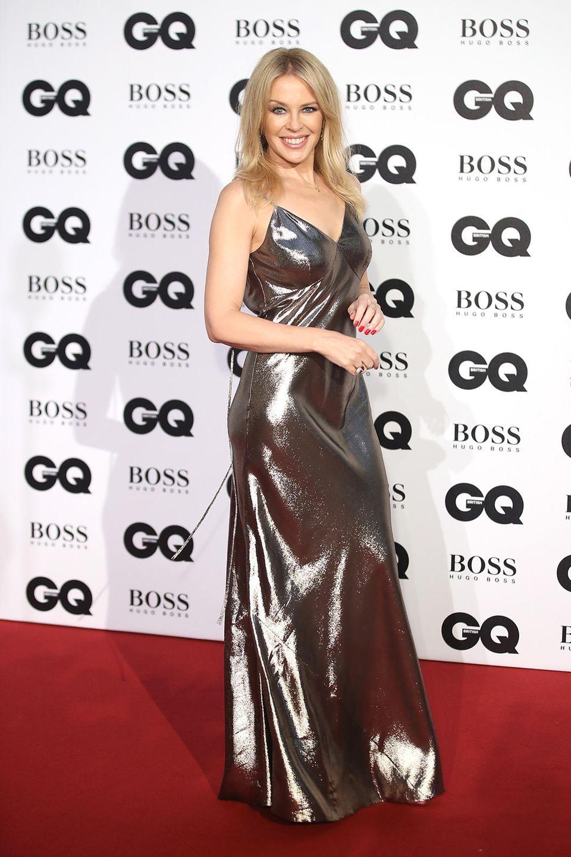 Die Schauspielerin Kylie Minogue besticht durch eine einprägsame Stimme und eine beneidenswert tolle Figur. Dabei misst die hübsche Blondine gerade einmal eine Körpergröße von 1,52 Meter. Laut der britischen Boulevardzeitung DailyMail soll ihre Taille einen Umfang von 63,5 cm haben.