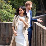 Auf diese Nachricht haben viele royale Fans gewartet! Herzogin Meghan ist schwanger, und gleich zu Beginn ihrer Überseereise in Sydney wählt die Herzogineinen figurbetonten Look in Weiß, der die kleine Wölbung zumindest erahnen lässt.