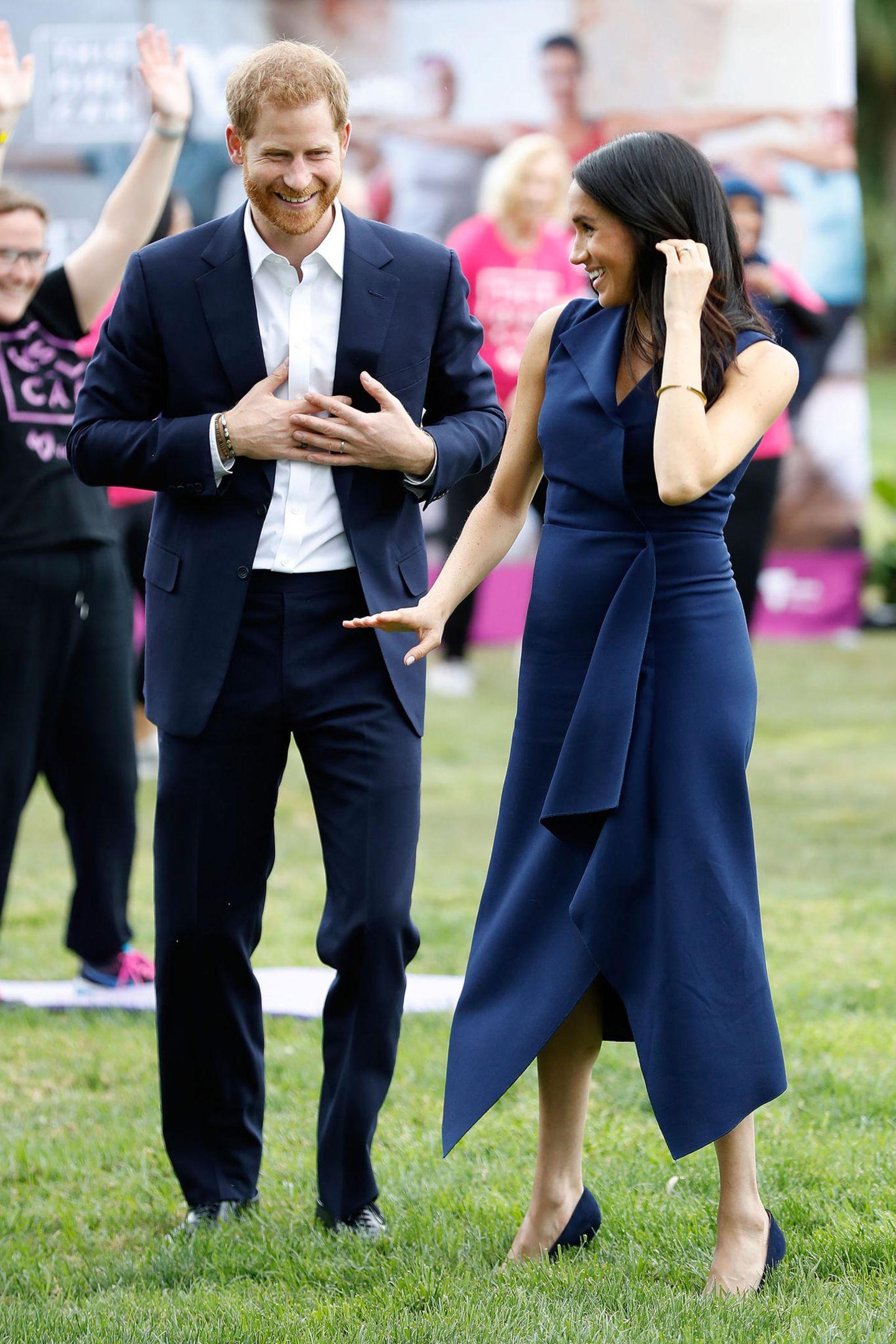 Die Melbourner dürfen sich freuen, Meghan gewährt ihnen in diesem blauen Dress einen Blick auf ihre noch minimalen royalen Rundungen.