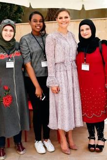 """Im Rahmen der schwedischen Krone ist Prinzessin Victoria im Libanon unterwegs und besucht am letzten Tag ihrer Reise ein Flüchtlingshilfswerk der Vereinten Nationen. Zu diesem Anlass wählt sie ein rosafarbenes Rüschenkleid von Zadig&Voltaire mit der Bezeichnung """"Roma Goa Dress"""" für rund 420 Euro. Dazu passend kombiniert der Schweden-Royal Pumps – später am Tag jedoch schlüpft sie in ein anderes Schuhwerk ..."""