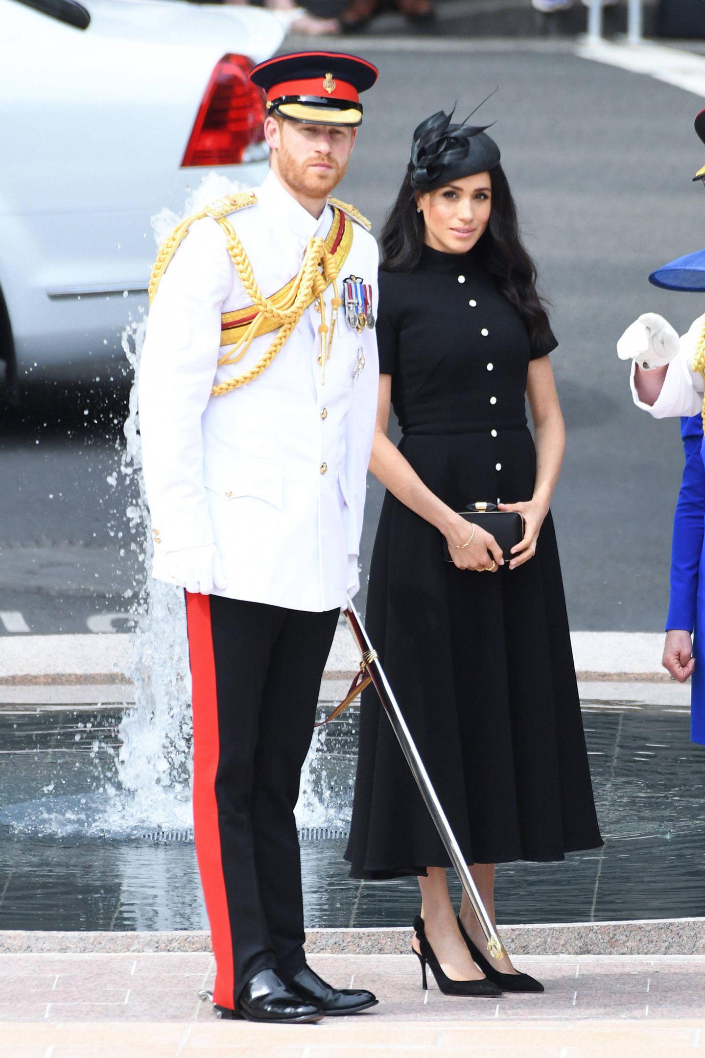 Tag 5   Prinz Harry undHerzogin Meghan besuchendie Neueröffnung des ANZAC Memorial, ein Kriegsdenkmal des Ersten Weltkriegs, im Hyde Park in Sydney.Harry präsentiert zum ersten Mal seine neue Uniform mit den Aiguilettes (Achselschnur). Der Grund ist eine Beförderung:Harry ist jetzt persönlicher Aide-de-Camps von Königin Elisabeth II.