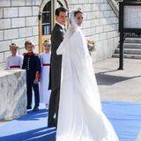 Das Brautkleid in einer leichten A-Linie, ist hinten etwas mehr ausgestellt und glänzt mit einer schönen, schlichten Schleppe. Für den Glamour-Faktor sorgt ein langer Schleier, komplett mit Spitze besetzt - den Kopf der hübschen Sophie von Württemberg schmückt eine funkelnde Tiara.