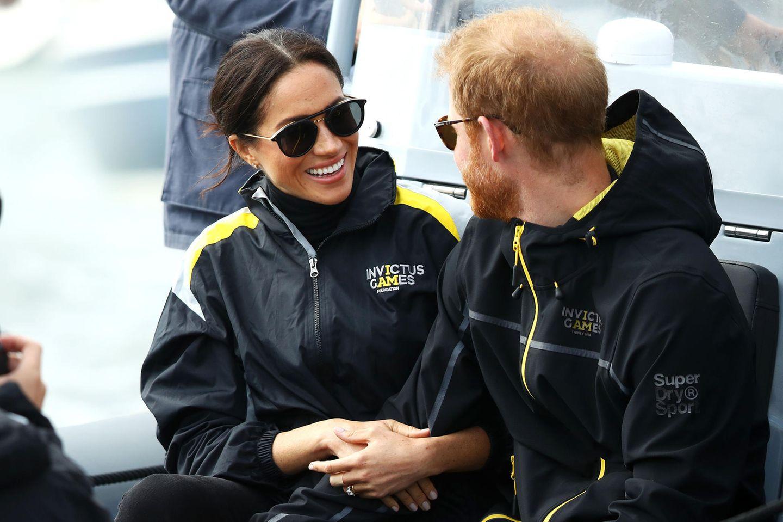 Tag 6  Ja, so eine Bootsfahrt, die macht Spaß. Gut gelaunt hält sich Herzogin Meghan am Arm ihres Ehemannes fest.