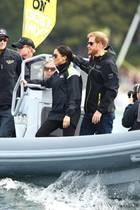 """Tag 6  Etwas Action gibt es dann am Hafen der schönen Stadt Sydney: In wetterfesten Jacken stehen Meghan und Harry auf dem Speedboat und beobachten das Geschehen des ersten Tages der """"Invictus Games""""."""
