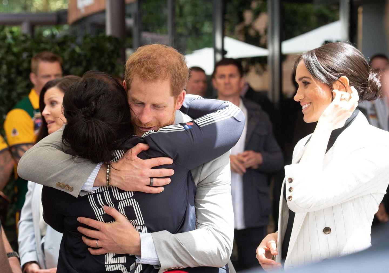 """Tag 6  Es wird rührend: Während der """"Invictus Games"""" umarmt Prinz Harry eine Teilnehmerin."""