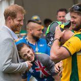 """Tag 6  Prinz Harry scherzt mit Teilnehmern der """"Invictus Games"""", einervon Harry gegründeten paralympischen Sportveranstaltung für kriegsversehrte Soldaten."""