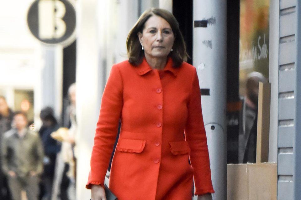 Carole Middleton zeigt sich am 19. Oktober, nur wenige Tage nach der Geburt von Pippas erstem Kind, in Catherines rotem Umstandsmantel.