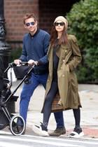 Stylischer Spaziergang: Irina Shayk und Bradley Cooper beweisen, dass auch lässige Casual-Looks modisch echt was her machen. Das Paar zeigt sich in New York - während Bradley auf einen blauen Ton-in-Ton-Look setzt, trägt Irina gleich mehrere Fashion-Pieces ...