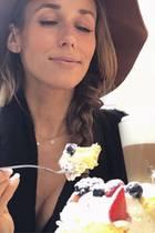 In ItalienssonnigerStadt Meran genießt Moderatorin Annemarie Carpendalesahnige Leckereien undLatte macchiato.