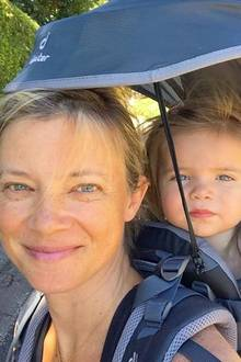16. Oktober 2018  Die Wanderung kann beginnen: Schauspielerin Amy Smart und ihre Tochter Flora, sicher verstaut in der Kraxe, sind bereit.