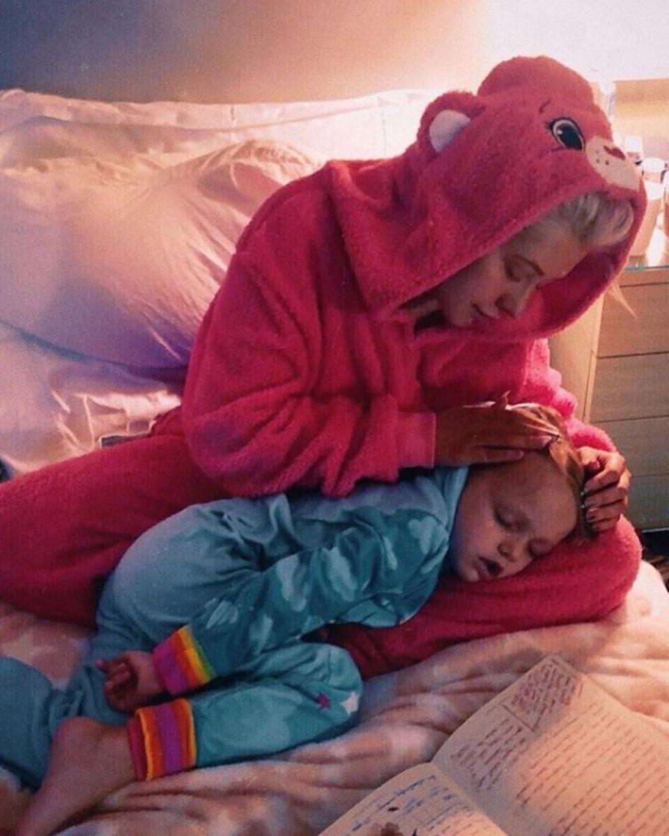 """21. Oktober 2018   """"Kuschelzeit in Onesies... es gibt nichts Besseres"""", postet Christina Aguilera liebevoll. Auf dem niedlichen Foto streichelt der Popstar seine süße, schlafende Tochter."""