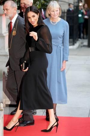 Herzogin Meghan lenkt mit Accessoires von ihrem Babybäuchlein ab.
