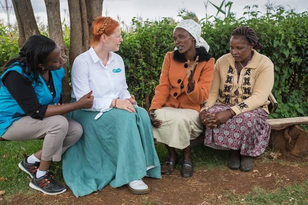 Enie van de Mejklokjes im Gespräch mit Frauen.