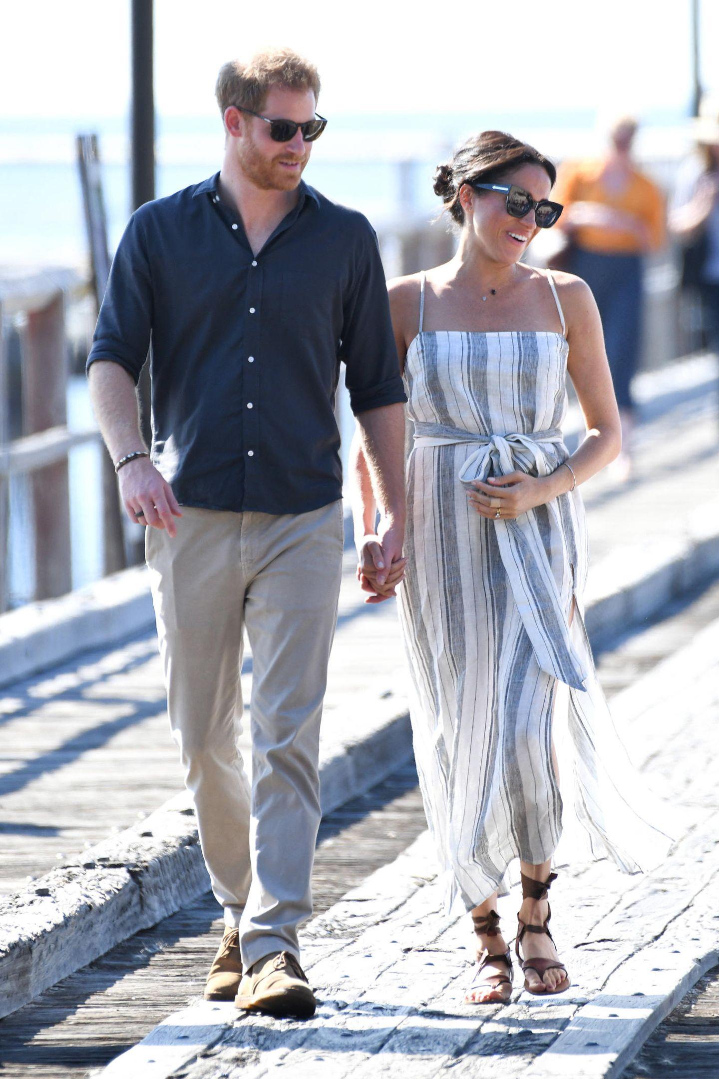Tag 7  Prinz Harry und Herzogin Meghan bei ihrer Ankunftan der Kingfisher Bay Jetty auf der Insel Fraser. Immer wieder streichelt sich die schöne Amerikanerin über ihren Bauch.