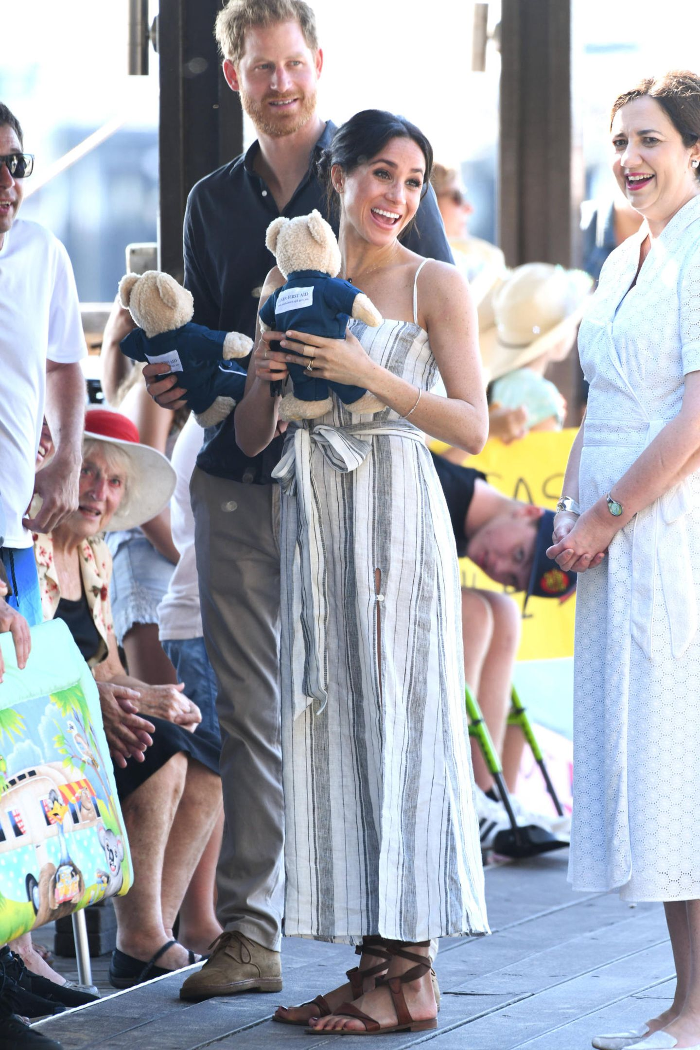 Tag 7  Herzogin Meghan ist ganz verzückt über den herzlichen Empfang auf der Insel Fraser. Ein hat hat dem royalen Pärchen zwei Teddysgeschenkt.