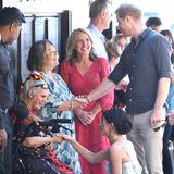 Tag 7  Liebevoll begrüßen Prinz Harry und Herzogin Meghan die Fans.
