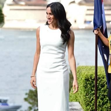 Während ihrer Australien-Reise mit Prinz Harry zeigt sich Herzogin Meghan in unzähligen Outfits und lässt die Augen von Fashionistas leuchten. So sorgt auch diesesweißeEtui-Kleid der australischen Designerin Karen Gee für Begeisterung. Ein Look, der an den einer großen Stil-Ikone erinnert: Nämlich an denihrer verstorbenen Schwiegermutter Prinzessin Diana.