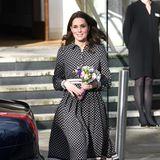 Im November 2017 beim Besuch des Foundling Museums in London erscheint die zu diesem Zeitpunkt ebenfalls schwangere Catherine in einem gepunkteten Kleid der Resort-Kollektion von Kate Spade. Im Gegensatz zu Herzogin Meghan, wählt Kate eine Variante mit längeren Ärmeln und eine Kleidlänge bis zum Knie.