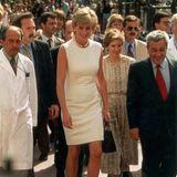Bei ihrem Argentinien-Besuch im Jahr 1995 trägt Prinzessin Diana ebenfalls ein weißes Etui-Kleid. Es stammt aus demModehaus Versace und wird durch kleineReißverschluss-Applikationen als besonderen Hingucker aufgewertet.