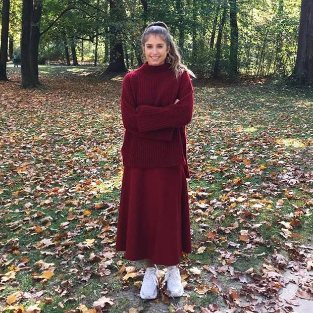 Hallo Herbst! Cathy Hummels lässt sich beim Waldspaziergang im herbstlich dunkelroten Strick-und-Sneaker-Style die frische Luft um die schöne Nase wehen.