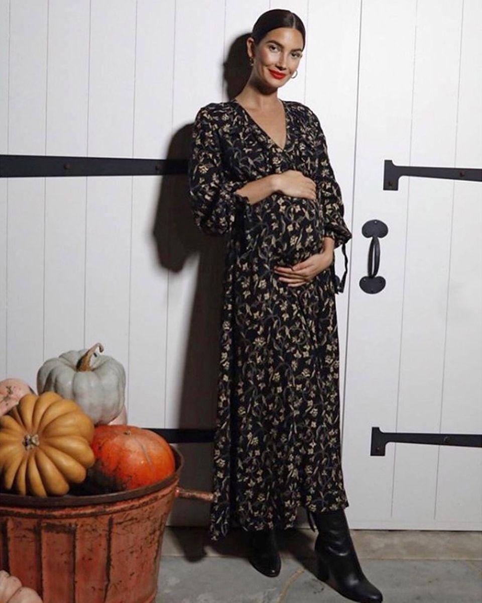 So rund ist der kleine Baby-Kürbis, äh, Babybauch von Topmodel Lily Aldridge schon. Erst im August hatte sie ihre Instagram-Follower mit ihrer zweiten Schwangerschaft überrascht, und nun scheint die Geburt gar nicht mehr so weit wegzusein. Ein Halloween-Baby wird es wohl nicht mehr werden, aber vielleicht schon ein November-Kind.