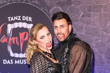 Leonard Freier mit Ehefrau Caona als heißes Vampir-Pärchen.