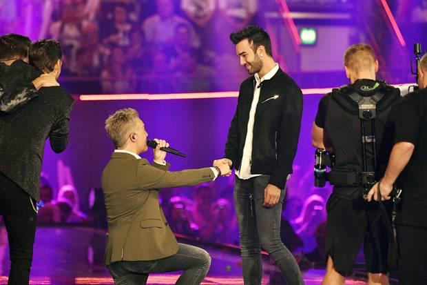 Christoff De Bolle macht seinem Partner Ritchie vor laufenden Kameras einen Heiratsantrag