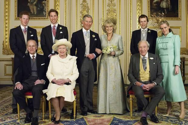 Gute Miene zum bösen Spiel? Die königliche Familie versammelte sich anlässlich der Hochzeit von Prinz Charles und Herzogin Camilla zum gemeinsamen Foto.