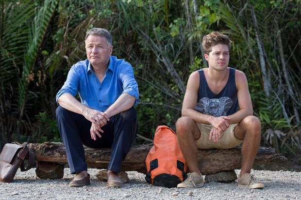 """Jubiläumsfolge """"In aller Freundschaft - zwei Herzen"""": Dr. Roland Heilmann (Thomas Rühmann) und Kris Haas (Jascha Rust) warten mitten im thailändischen Urwald auf eine Mitfahrgelegenheit."""
