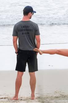 22. Oktober 2018  Am Strand versetzt Elsa Pataky ihrem Chris einen zärtlichen Tritt auf den Hintern.