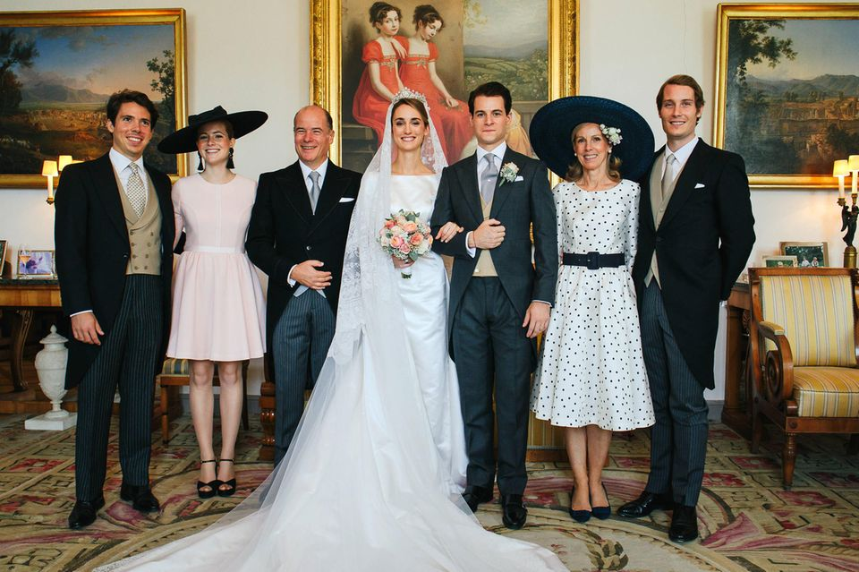 Hochzeitsfoto Nummer 3 (v.l.n.r.):Graf Gaspard d'Andigne, Gräfin Marie-Astrid d'Andigne, Graf Herve d'Andigne, die Braut Gräfin Sophie d'Andigne, Bräutigam Graf Maximilien d'Andigne, Gräfin Marie-Adelaide d'Andigne und Graf Alexandre d'Andigne