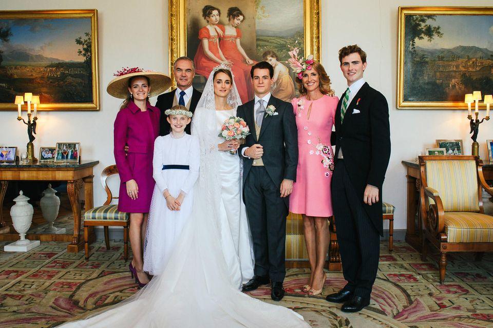 Hochzeitsfoto Nummer 4 (v.l.n.r.): Graf Gaspard d'Andigne , Gräfin Marie-Astrid d'Andigne, Graf Herve d'Andigne, die Braut Gräfin Sophie d'Andigne, Bräutigam Graf Maximilien d'Andigne, Gräfin Marie-Adelaide d'Andigne und Graf Alexandre d'Andigne