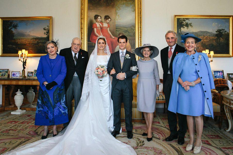 Hochzeitsfoto Nummer 2(v.l.n.r.): Herzogin Diane von Württemberg, Herzog Carl von Württemberg, die Braut Gräfin Sophie d'Andigne (geborene Herzogin Sophie von Württemberg), Bräutigam Graf Maximilien d'Andigne, Gräfin Chantal de La Barre de Nanteuil, Herzog Max in Bayern und Herzogin Elizabeth in Bayern