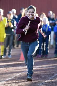 22.Oktober 2018  So sieht Ehrgeiz aus! Bei ihrer Wandertour durch die Provinz Hälsingland zeigt Prinzessin Victoria nebenbei auch noch, was sie in Sachen Staffellauf und Sprint so drauf hat.