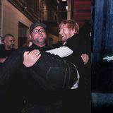 """Ed Sheeran ist ja schon alsSoftie bekannt. Jetzt teilt der Sänger einen Schnappschuss mit seinem Bodyguard Kevin Myers, auf demdiese romantische Pose mit seinem aus dem bekannten Film """"Bodyguard"""" nachstellt. Lustig ist es in jedem Fall."""