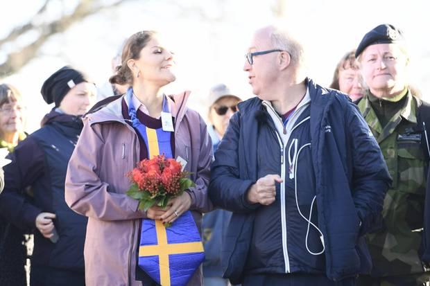 Prinzessin Victoria präsentiert stolz ihre neuestes Accessoire: Eine überdimensionale Krawatte in den Farben Schwedens.