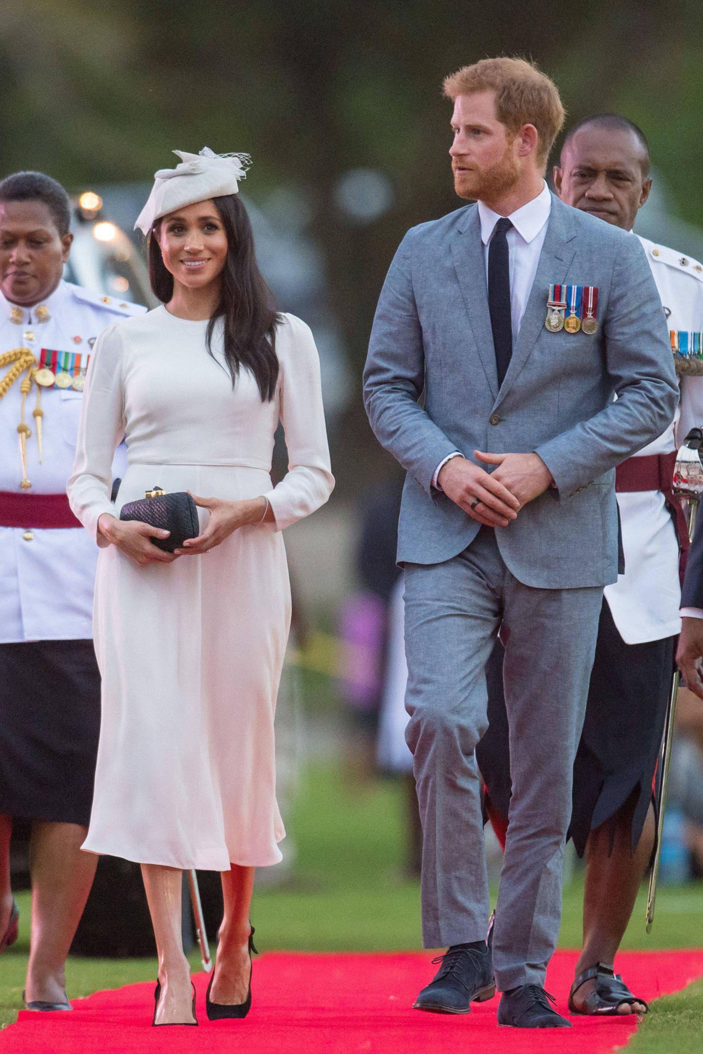 Tag 8  Herzogin Meghan und Prinz Harry erreichen die Fidschi Inseln. Am Flughafen angekommen präsentiert sich das royale Pärchen in eleganter Kleidung.