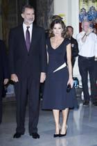 """Zur """"Francisco CerecedoJournalismus"""" Preisverleihung in Madrid erscheint Königin Letizia zusammen mit Prinz Felipe in einemklassisch-eleganten Look. Letizia schafft es immer wieder durch kleineDetails, selbst unaufgeregte Looks wie dieses, ihren individuellen Style-Stempel aufzusetzen. So finden wir denweißen Streifen an Letizias linker Hüftean einer anderen Stelle wieder ..."""